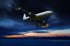 Retrato cinemático do avião com fogo de motor Fotografia de Stock Royalty Free