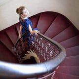 Retrato clásico de la mujer elegante en escalera Imagen de archivo