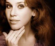 Retrato clásico del encanto de la mujer atractiva sensual Imagen de archivo