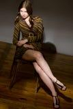 Retrato clásico modelo joven del estudio con la silla Fotos de archivo libres de regalías