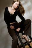 Retrato clássico modelo novo do estúdio com cadeira Fotos de Stock