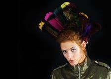 Retrato cobarde de la muchacha con las plumas Fotos de archivo
