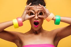 Retrato colorido de la mujer preciosa de la raza mixta con maquillaje de la moda Foto de archivo
