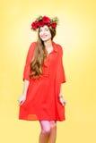Retrato colorido de uma mulher com grinalda da flor foto de stock