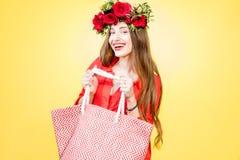Retrato colorido de una mujer con la guirnalda de la flor Foto de archivo libre de regalías
