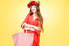 Retrato colorido de una mujer con la guirnalda de la flor Imagenes de archivo