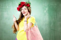 Retrato colorido de una mujer con la guirnalda de la flor Imagen de archivo libre de regalías