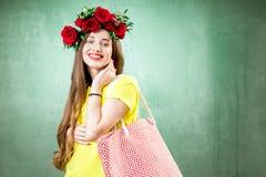 Retrato colorido de una mujer con la guirnalda de la flor Imagen de archivo