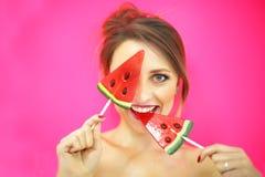 Retrato colorido do close up do estúdio da menina engraçada 'sexy' nova da forma que levanta no fundo cor-de-rosa azul no equipam Imagens de Stock