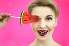 Retrato colorido do close up do estúdio da menina engraçada 'sexy' nova da forma que levanta no fundo cor-de-rosa azul no equipam Imagem de Stock Royalty Free