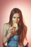 Retrato colorido do estúdio das mulheres sensuais que comem a microplaqueta de batata imagens de stock royalty free