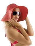 Retrato com chapéu e os óculos de sol vermelhos imagens de stock royalty free