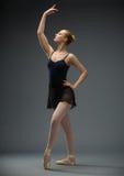 Retrato completo da bailarina da dança com mão acima imagens de stock