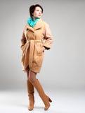 Retrato completo da mulher da forma no revestimento do outono com lenço verde Imagem de Stock Royalty Free