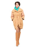 Retrato completo da mulher feliz no revestimento bege do outono com escumalhas verdes Fotos de Stock