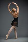 Retrato completo do comprimento da bailarina da dança com mãos acima foto de stock