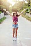 Retrato completo do comprimento da jovem mulher feliz com as mãos levantadas Imagem de Stock Royalty Free