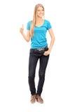 Retrato completo do comprimento da moça ocasional que dá o polegar acima Imagem de Stock Royalty Free