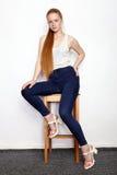 Retrato completo do comprimento da mulher bonita nova do modelo do novato do ruivo na calças de ganga branca do t-shirt que prati imagem de stock royalty free