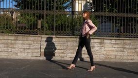 Retrato completo do comprimento da mulher elegante que anda nos saltos altos video estoque