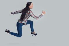 Retrato completo do comprimento da mulher que corre lateralmente imagens de stock royalty free