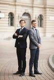 Retrato completo do comprimento de dois homens de negócios à moda imagens de stock royalty free