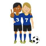 Retrato completo do comprimento de dois jogadores de futebol fêmeas que abraçam mostrando o sinal da vitória que levanta com bola ilustração do vetor