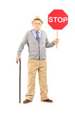 Retrato completo do comprimento de um cavalheiro maduro irritado que guardara uma parada imagens de stock royalty free
