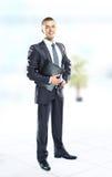Retrato completo do comprimento de um homem de negócios novo foto de stock royalty free