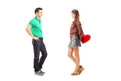 Retrato completo do comprimento de um homem e de uma fêmea com coração vermelho durante Fotografia de Stock Royalty Free