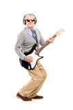 Retrato completo do comprimento de um homem maduro com os vidros que jogam a guitarra foto de stock royalty free
