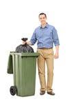 Retrato completo do comprimento de um homem que joga para fora o lixo Fotos de Stock