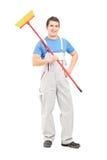 Retrato completo do comprimento de um líquido de limpeza seguro em um uniforme com a Imagens de Stock Royalty Free