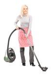 Retrato completo do comprimento de um líquido de limpeza da mulher com pairo Fotografia de Stock Royalty Free