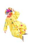 Retrato completo do comprimento de um palhaço masculino que salta e que gesticula Fotografia de Stock