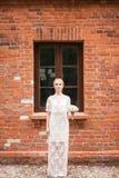 Retrato completo do comprimento de um par do recém-casado que guarda as mãos e que anda no parque Imagens de Stock