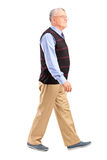 Retrato completo do comprimento de um passeio do homem superior Fotos de Stock Royalty Free