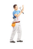 Retrato completo do comprimento de um trabalhador manual masculino que trabalha com martelo Foto de Stock Royalty Free
