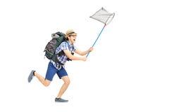 Retrato completo do comprimento de um turista masculino que corre com ne da borboleta fotografia de stock