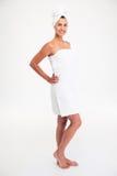 Retrato completo do comprimento de uma mulher bonito feliz na toalha fotografia de stock