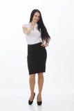 Retrato completo do comprimento de uma mulher de negócios alegre que aponta a câmera ausente do dedo Isolado em um fundo branco o fotografia de stock