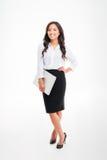 Retrato completo do comprimento de uma mulher de negócios asiática de sorriso que guarda o portátil Imagem de Stock Royalty Free