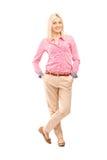 Retrato completo do comprimento de um levantamento de sorriso novo da mulher imagem de stock