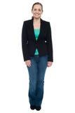 Retrato completo do comprimento de uma mulher na moda à moda imagem de stock