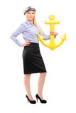 Retrato completo do comprimento de uma mulher nova do marinheiro com uma âncora Fotos de Stock Royalty Free