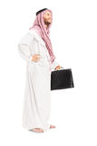 Retrato completo do comprimento de uma pessoa árabe masculina com levantamento da mala de viagem Imagens de Stock