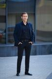 Retrato completo do comprimento do homem de negócios em estar dos formals Fotografia de Stock Royalty Free