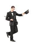 Retrato completo do comprimento do homem novo alegre em um terno do laço imagem de stock