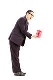 Retrato completo do comprimento do homem novo entusiasmado no terno preto que dá a Fotos de Stock Royalty Free