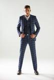 Retrato completo do comprimento do homem novo que veste o terno verificado fotos de stock